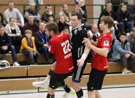 Ab durch die Mitte; Justus Ueberholz mit Ball) war wegen seiner ache Treffer der pielr des Abends bei den Panthern. Foto Thomas Ellmann)